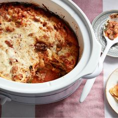 Need inspiration for your weekday meals? This easy slow cooker lasagna recipe is a family favourite. Best Slow Cooker, Slow Cooker Recipes, Slow Cooker Lasagna, Healthy Meals To Cook, Delicious Dinner Recipes, Dinner Menu, How To Cook Pasta, Kids Meals, Weekday Meals