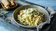 Sausen er rik på fløte og enormt rik på smak. La sjalottløk, hvitløk og chili få syde seg bløt og deilig i både olivenolje og smør før du har i hvitvin. Og la vinen få koke helt inn før du heller i fløten. Når fløten har tyknet noe rører du inn parmesan og krabbekjøtt og blander det hele med nykokt pasta og hakket gressløk.  Ja, sånt blir det kos av. Skikkelig krabbelykke, faktisk!    Tips:  Noen mener at parmesan ikke skal brukes i kombinasjon med fisk og skalldyr. Jeg synes det smaker…
