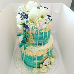 Gorgeouse wedding cake from today. White, teal and gold