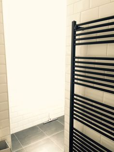 Meer dan 1000 idee n over witte tegels in de badkamers op pinterest betegelde badkamers witte - Betegelde rode badkamer ...