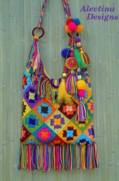 How vibrant is this crochet boho granny square bag by Alevtina design, what a great way to use up all the left over yarn 🧶 Today's… Crochet Purse Patterns, Crochet Motifs, Knitting Patterns, Crotchet Bags, Knitted Bags, Crochet Handbags, Crochet Purses, Granny Square Bag, Granny Squares