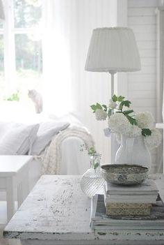 The home of shabby chic decor Casas Shabby Chic, Estilo Shabby Chic, Shabby Chic Style, White Cottage, Shabby Chic Cottage, Shabby Chic Homes, Cottage Farmhouse, Rose Cottage, Cottage Style