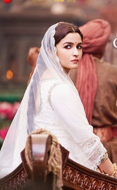 Kalank , the upcoming film of Dharma productions which stars Alia Bhatt , Sanjay Dutt Bollywood Actors, Bollywood Celebrities, Bollywood Style, Alia Bhatt Photoshoot, Aalia Bhatt, Alia Bhatt Cute, Alia And Varun, Very Beautiful Woman, Beauty Full Girl