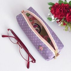 [ Mother's Day ] Glasses case made from kimono with Japanese patterns of diamond-shaped flowers.