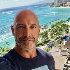 Good Looking Bald Men, Older Mens Fashion, Men's Fashion, Fashion Tips, Bald Actors, Bald Look, How To Look Better, That Look, Bald With Beard