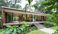 A residência unifamiliar localizada em Miami, na Flórida, Estados Unidos, foi criada pelo estúdio Brillhart Architecture