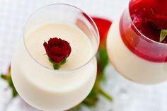 Panacota com Morango Ingredientes Panacota 5 folhas de gelatina em folha incolor e sem sabor 5 colheres (sopa) de água 1 lata de leite condensado 1 xícara (chá) de leite integral 1 ¼ xícara (chá) de creme de leite fresco 1/2 fava de baunilha (utilize apenas as sementes) Calda 2 xícaras (chá) de morango fresco ½ xícara (chá) de açúcar refinado ½ xícara (chá) de água Modo de fazer 1. Em uma tigela e coloque as folhas de gelatina e cubra com água. Deixe hidratando até que as folhas f...