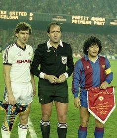 All You Need To Know About Football. Football is a game for giants. Football is made up of physically tough people, but also mentally tough ones too. Retro Football, Football Kits, Nike Football, Vintage Football, Fc Barcelona, Camisa Barcelona, Football Images, Football Pictures, Good Soccer Players