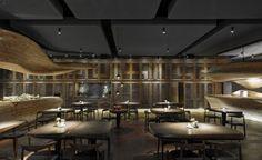 光影,灑在典型的台灣木格柵和工作檯的原木紋路上互相映襯,一實一虛的光影交織出豐富的層次感。配搭餐桌上的蠟燭與天花的聚光照明,令人的視覺焦點只縮在桌面範圍內,專注親近人與食物的關係,從而享受一個舒適的用餐之旅。
