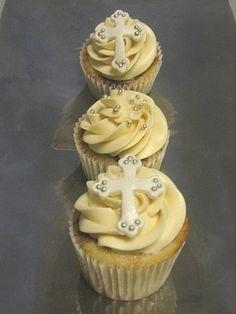 Vanilla and chocolate marble cupcakes with Swiss Meringue frosting. These cupcakes were designed for Gael& Baptism celebration. Easter Cupcakes, Cupcake Cookies, Meringue Frosting, Swiss Meringue, Comunion Cakes, Christian Cakes, Christening Cupcakes, Anna Cake, Cross Cakes