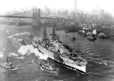 Newly commissioned USS Arizona in the East River, New York City, 1916 - an interesting comparison with the photo nearby of French battleship Richelieu at precisely the same spot 27 years later. Arizona was destroyed at Pearl Harbor in December Uss Arizona, Triple Entente, Naval History, Military History, Us Battleships, Pearl Harbor Attack, United States Navy, Navy Ships, World War One