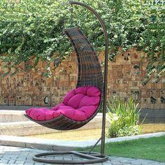 une balancelle de jardin en résine tressé suspendue avec un coussin