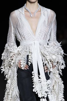 Rahul Mishra at Couture Spring 2020 - Details Runway Photos All White Outfit, White Outfits, Beautiful Models, Beautiful Dresses, Runway Fashion, Womens Fashion, Street Fashion, Black White Fashion, Haute Couture Fashion