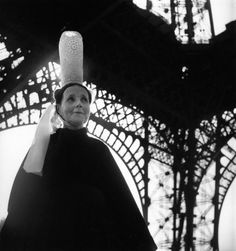 Doisneau-Bigoudene_et_Tour_Eiffel-1950