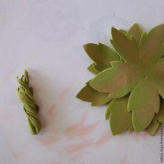 Сегодня хочу показать вам, как я делаю розы из фоамирана. Заодно сделаем повязку-венок для волос. Нам понадобятся следующие материалы: фоамиран, тейп-лента, канцелярский нож, термопистолет, ножницы, ручка которая уже не пишет, проволока флористическая не тоньше 1мм, атласная лента. Выкройка: Обводим выкройку и вырезаем. На 1 розу нужно примерно 30 лепестков.