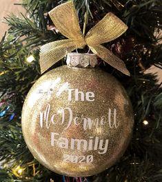 Vinyl Christmas Ornaments, Christmas Gifts For Coworkers, Christmas Gift Baskets, Christmas Crafts For Gifts, Personalized Christmas Gifts, Ornaments Ideas, Glitter Ornaments, Personalised Gifts, Christmas Balls