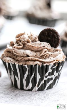 Oreo cupcakes with a delicious and smooth cookies & cream frosting!