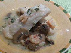 MERLUZA CON SALSA DE CHAMPIÑON FUSSIONCOOK:  Dorar 2 ajos y 250gr champiñones en aceite de oliva. Añadir 1 cda. harina y tostar, sal, pimienta, pereji l(bastante), un chorro de vino blanco y dejar que evapore el alcohol. Añadir una medida de caldo de pescado o agua y remover. Colocar los lomos de merluza congelados y salpimentados, dar unas vueltas para que se mezclen bien con la salsa. Añadir por encima unas gambas congeladas peladas. Menú pescado 4 minutos.Despresurizar.