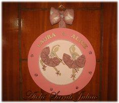 Quadro em madeira MDF com 35 cm de diâmetro forrado com tecidos de algodão, nome e bailarinas em madeira MDF com apliques de mini botões de rosa em cetim no tema bailarinas gêmeas.