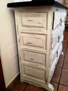 Os presento un mueble Castellano antiguo que he decido recuperar y darle el Estilo Shabby Chic que me encanta. Para darle éste acabado, he encerado la tapa