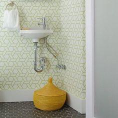 Milda färger och starka mönster på toaletten