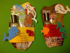 Relaxing summer: Nodig: Gezichtsmasker, Nagellakje, Mini Douchegel, Mini Bodylotion, Kaarsje, Badparels, Foliezakje, Lintje + Kaartje. Werkwijze: Pak het geheel in, in een foliezakje, maak een leuke label en hang dit met een lintje aan het zakje. Evt. tekst: Have a Relaxing summer! Little Presents, Teacher Appreciation Gifts, Birthday Wishes, Diy Gifts, Relax, Treats, Crafty, Christmas Ornaments, Holiday Decor