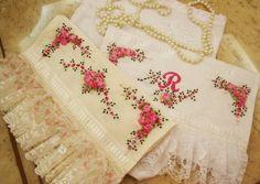 Toalhas de Lavabo bordada em fita Soft Towels, Hand Towels, Tea Towels, Embroidered Towels, Ribbon Art, Ribbon Rose, Shabby, Cross Stitch Rose, Brazilian Embroidery