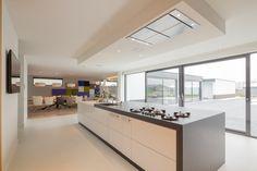 Nieuwbouwvilla (Noordwijkerhout) Interior Design Kitchen, Interior Decorating, Kitchen Dining, Kitchen Decor, Decorating Kitchen, Waterfall Countertop, Countertops, Beautiful Homes, Sweet Home