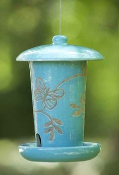 Weather-proof ceramic feeder has rich color with etched contrasting design, its perfect in the garden! Glazed turquoise complements any garden setting while attracting seed-eating birds Features a n click now for more. Slab Pottery, Pottery Wheel, Ceramic Pottery, Pottery Art, Pottery Painting, Unique Bird Feeders, Hanging Bird Feeders, Ceramic Birds, Ceramic Clay