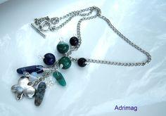 Collier avec des lapis lazuli , perles d'agates vertes et breloque papillon argenté : Collier par adrimag