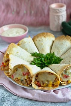 Zapiekane rożki z tortilli – Smaki na talerzu - Zapiekane rożki z tortilli – Smaki na talerzu Zapiekane rożki z tortilli – Smaki na talerzu Z - Mexican Food Recipes, Vegan Recipes, Cooking Recipes, Best Appetizers, Appetizer Recipes, Food Platters, Appetisers, Tortillas, Meals For One