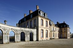 Château de La Motte-Tilly, façade sur cour (South/Courtyard Facade) - Featuring: connecting curved archway with attached trellis work & stone planters - mid 18th Century. [source: www.Regards.Monuments-Nationaux.fr; Portfolio Collection of Regional Monuments]