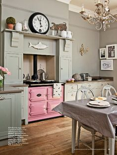 Traditional country kitchens are a design option that is often referred to as being timeless. Over the years, many people have found a traditional country kitchen design is just what they desire so they feel more at home in their kitchen. Cottage Shabby Chic, Cocina Shabby Chic, Shabby Chic Kitchen, Shabby Chic Homes, Cottage Style, Aga Kitchen, Green Kitchen, Pink And Grey Kitchen, Kitchen Colors