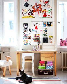 Las habitaciones de los peques deben ser lo más accesibles y fáciles de ordenar posible si no queremos encontrarnos con una leonera cada día. Por eso hoy hablamos de un espacio esencial a medida que crecen: el pupitre. . . . Link en bio! . . .  #ebomworld #deco #decoracion #home#interiordesign #interior #kidsdesign #kidsdecor #homeforkids #art #cute #colorful #colordecor