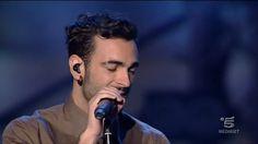 """Il cantante con """"L'essenziale"""" apre la serata e il pubblico comincia a scaldarsi..."""