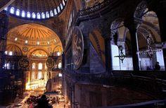 伊斯坦布爾聖索菲亞博物館Ayasofya:奧斯曼土耳其人在1453年征服君士坦丁堡,蘇丹穆罕默德二世下令將大教堂轉變為清真寺,還將鐘鈴、祭壇、聖幛、祭典用的器皿移去,用灰泥覆蓋基督教鑲嵌畫。日後又逐漸加上了一些伊斯蘭建築,如米哈拉布、敏拜爾及外面的四座叫拜樓。隨著土耳其共和國的建立,1934年該教堂失去了其宗教意義。1935年2月1日,這座建築重新以博物館的身份對世人開放。 ©Onder Şimşek