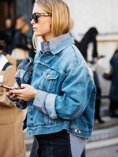 Im Folgenden zeigt sie uns ein grundlegendes Element des weiblichen Kleiderschranks, die Jeansjacke. Wichtig dabei: sie muss groß sein, genauer sogar,  XXL.