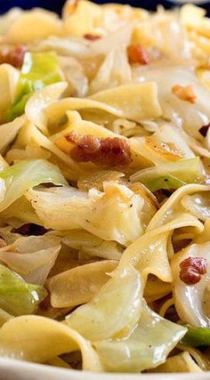 Fried Cabbage and Noodles (Haluski). A simple,rustic and traditional dish made with fried cabbage and noodles. ♥ A Family Feast Pasta Dishes, Food Dishes, Main Dishes, German Side Dishes, Vegetable Dishes, Vegetable Recipes, Cabbage And Noodles, Egg Noodles, Hungarian Recipes