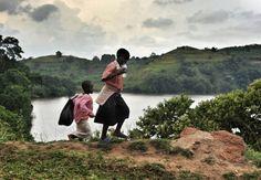 A caminho da escola. E o caminho pode ser bem longo. Na África.  Postado por Anton Crone.