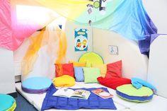 Créer une cabane de lecture à la maison, ou dans le coin d'une classe est un excellent moyen pour les enfants de se plonger confortablement dans l'imaginaire que leur insuffle leurs livres...!
