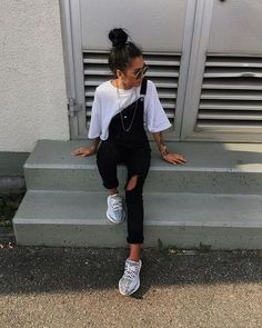 There Is Endless Street Style Inspiration for How to Make Ripped Jeans Look Chic AF Ripped Jeans Outfit Ideas: 29 Street Style Looks Crop Top Outfits, Cute Summer Outfits, Casual Summer Outfits, Mode Outfits, Fall Outfits, Outfit Summer, Stylish Outfits, Spring Outfits For Teen Girls, All Black Outfit Casual