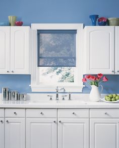 Custom window shade by Hunter Douglas ® available Home Source Interiors in Columbus. Modern Kitchen Curtains, Decor, Kitchen Window Coverings, Home Trends, Custom Window Shade, Contemporary Window Treatments, Kitchens Bathrooms, Home Decor, Bathroom Design