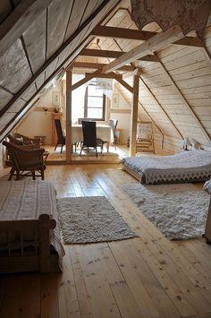 Drewniane poddasze i tradycyjna sypialnia na poddaszu, sypialnia w drewnie. Zobacz pozostałe inspiracje na sypialnię na poddaszu we wpisie na blogu Pani Dyrektor.