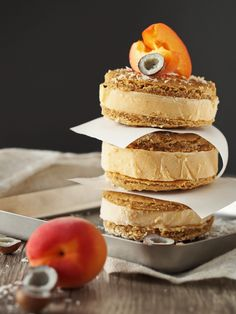 Aprikosen-Eis mit Kokos-Cookie / zum Kaffee dazu