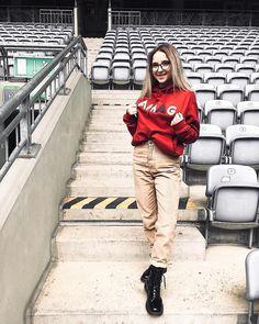 """Polubienia: 12.1 tys., komentarze: 146 – Agata Gładysz 🥨 (@agatagladysz) na Instagramie: """"👕 A wy macie już w swojej szafie coś z kolekcji AMAG? Bluza, koszulka albo nawet opaska tkaninowa…"""" Famous People, Khaki Pants, Idol, Instagram, Fashion, Moda, Khakis, Fashion Styles, Fashion Illustrations"""