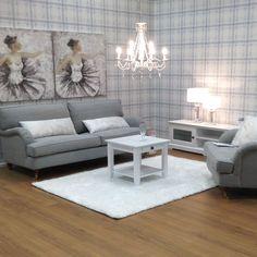 NOEL 3h sohva ja lepotuoli, APILA-sohvapöytä, BERGAMO-kattokruunu ja BALLERINA-taulut Kuopion myymälässä.