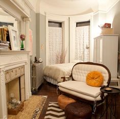 ultimate guide to New York City Harlem studio if I ever get a tiny NYC apartment. I hope it looks as cute as thisHarlem studio if I ever get a tiny NYC apartment. I hope it looks as cute as this New York Studio Apartment, Nyc Studio Apartments, Design Apartment, Apartment Chic, Studio Apartment Decorating, Tiny Apartments, Tiny Spaces, Manhattan Apartment, Student Apartment Decor