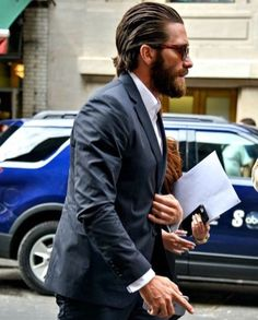 Jake Gyllenhaal arriving at the Opening Night of 'Hamilton' in NYC Mens Hairstyles With Beard, Cool Hairstyles For Men, Hair And Beard Styles, Haircuts For Men, Jake Gyllenhaal Haircut, Medium Hair Styles, Long Hair Styles, Medium Long Hair, Beard Haircut
