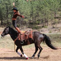 trick riding - I want to do it so bad! Cowgirl And Horse, Horse Love, Horse Girl, Bull Riding, Horse Riding, Nocturne, Trick Riding, Barrel Racing Horses, Western Riding