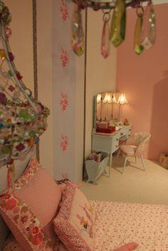 Een kamer met roomwit of zacht roze tapijt een klamboe boven het bed en een sidetable met een - Bed kamer ...